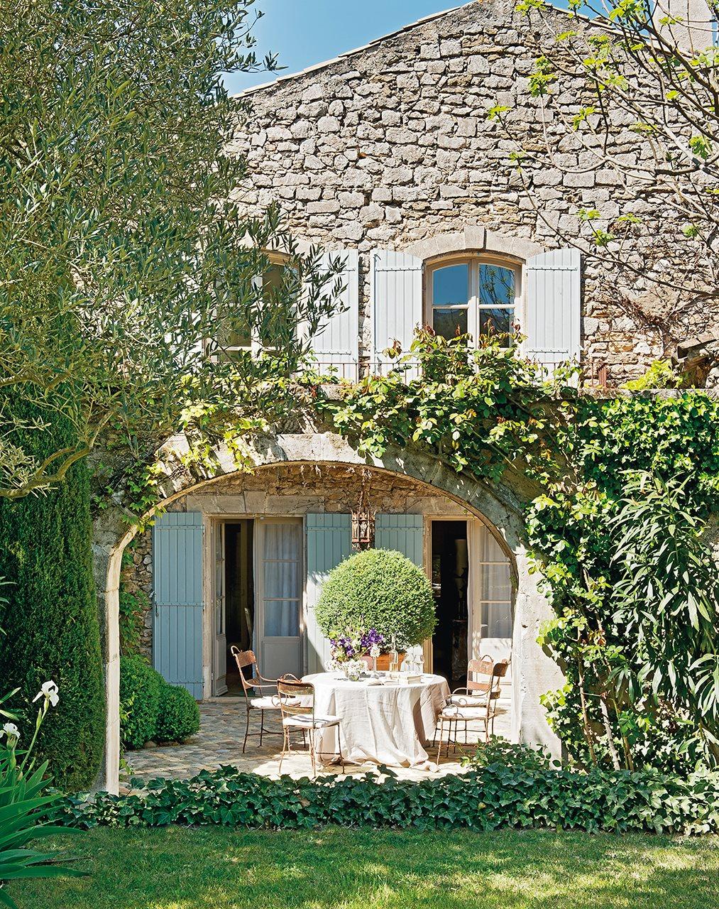 fachada de piedra de casa rustica con mesa y sillas junto al arco 1013x1280 - La Ferme du Bon Dieu: A farm converted into a house which holds a love story