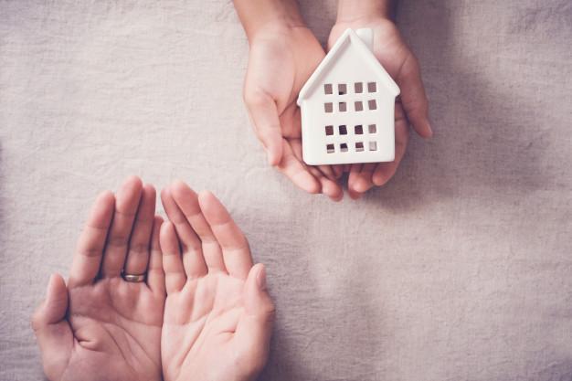 manos adultos ninos casa blanca hogar familiar concepto refugio personas hogar 49149 625 - Housing donation: How to do it? Costs? Does it make up for?