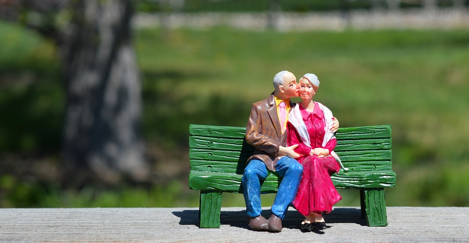 old couple 2313286 960 720 - Do you know what naked property is in Spain?