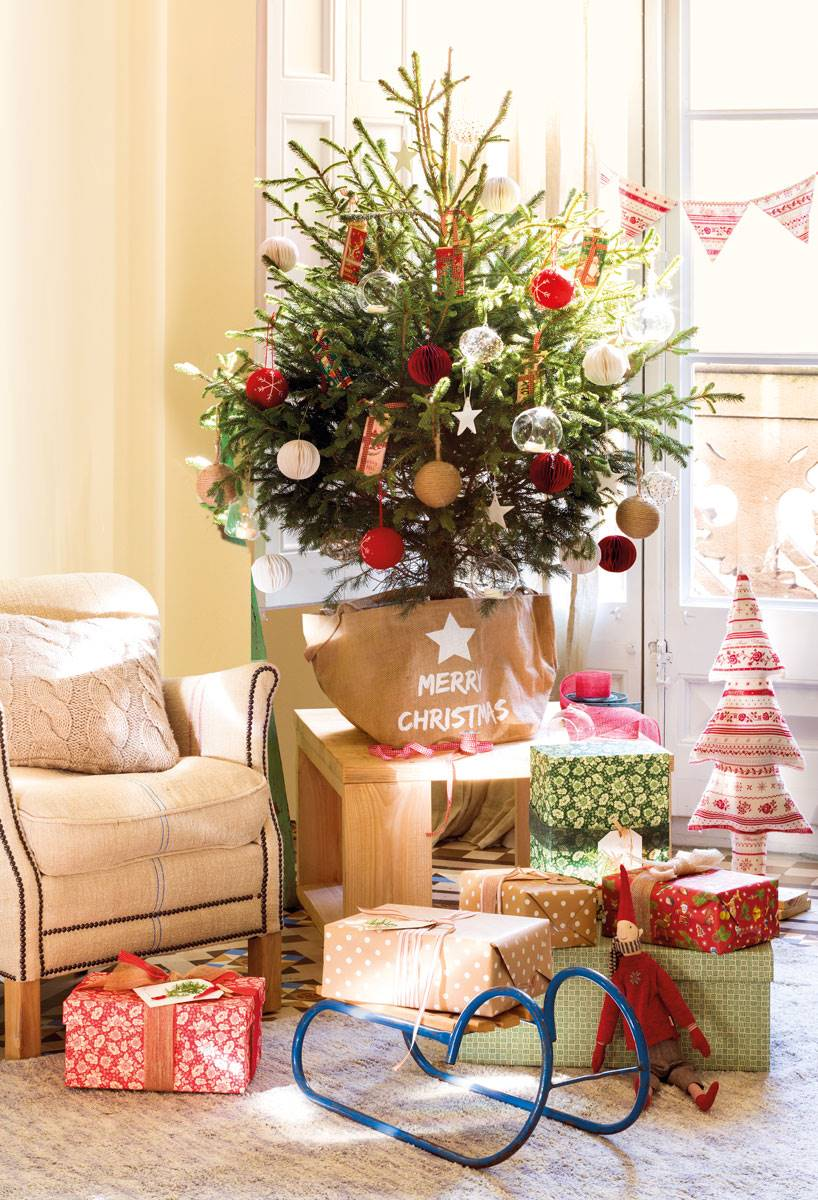 pequeno arbol de navidad 444872 1c18e436 818x1200 - Get inspired with these Christmas trees and decorate your perfect tree