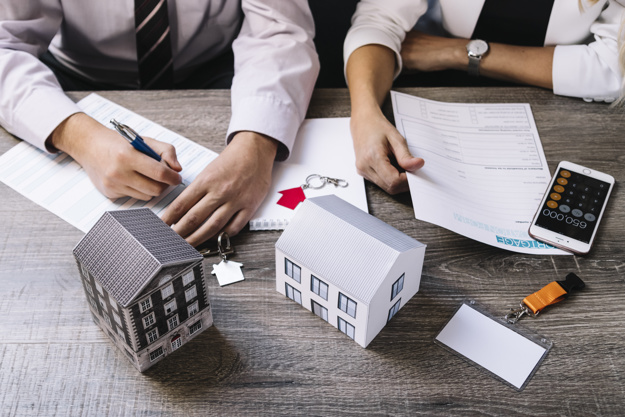 realtor cliente firman documentos 23 2147764170 - Important reasons to share a flat
