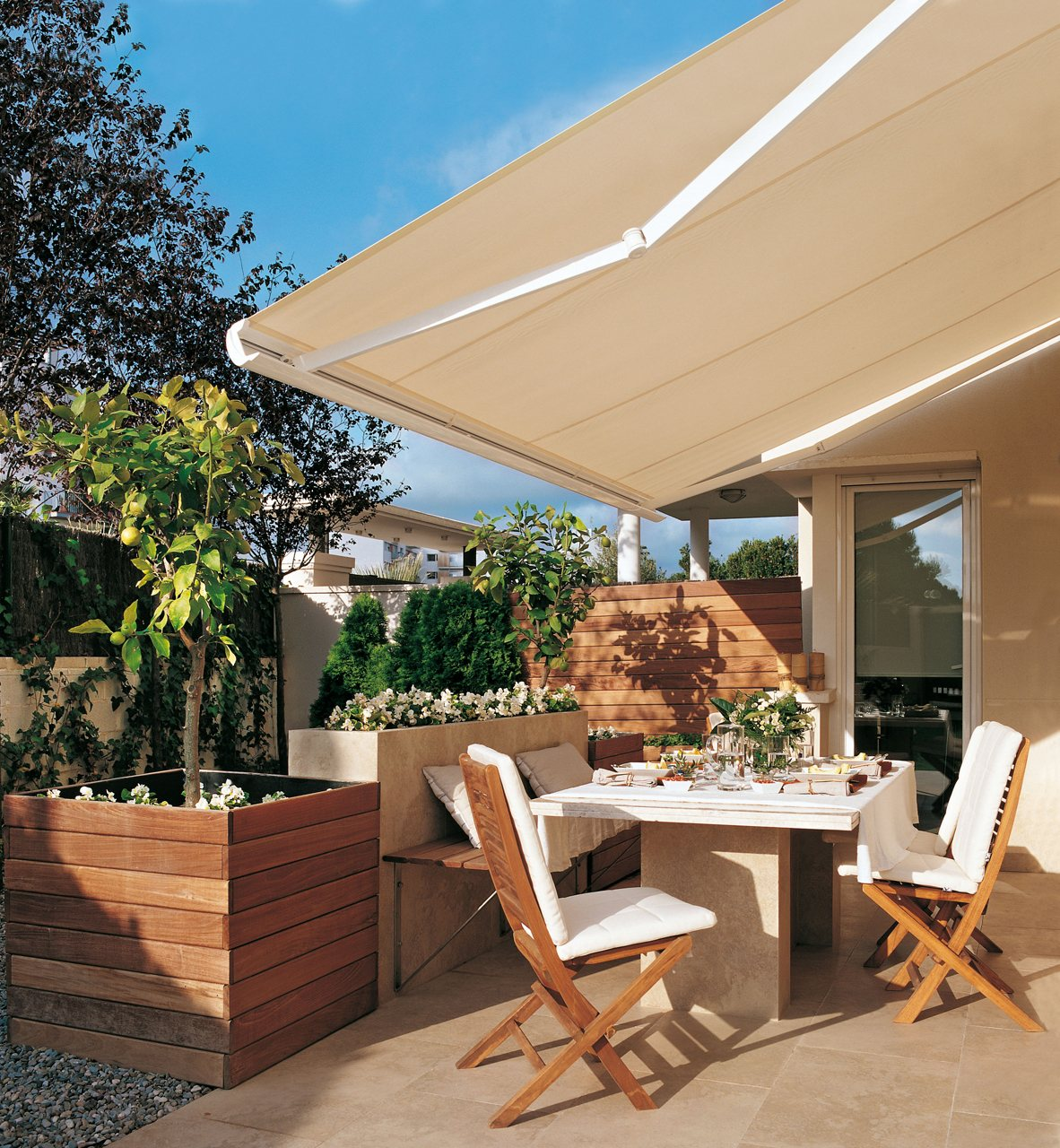terraza con un toldo abierto 1182x1280 - The perfect terrace: How to decorate?