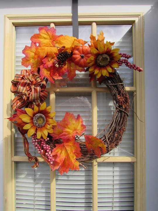 wreath 564983 960 720 - Ideas to decorate your house in Autumn